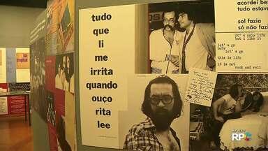 Museu Histórico de Londrina traz exposição de Paulo Leminski - São mais de mil objetos pessoais. Há quadros, coleção de dicionários, poesias rascunhadas em guardanapos, entre outras curiosidades.