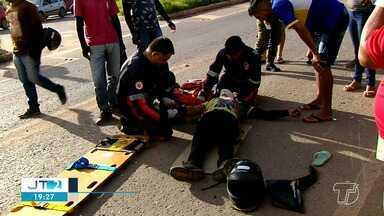 Motorista avança preferencial e provoca acidente no bairro Floresta, em Santarém - Acidente aconteceu no final da tarde desta quinta-feira (14), no cruzamento da Rodovia BR-163 e avenida Moaçara. Duas pessoas que estavam em uma moto ficaram feridas.