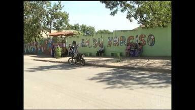 Criança de cinco anos é esquecida dentro de ônibus escolar em Montes Claros - Menino foi encontrado horas depois dormindo dentro do veículo na garagem da Prefeitura de Montes Claros.