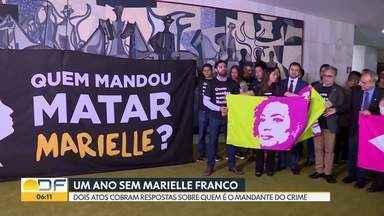Atos públicos lembram um ano da morte da vereadora Marielle Franco - Manifestantes distribuíram placas e estenderam faixas. A cobrança é sobre quem seria o mandante dos assassinatos da vereadora e do motorista Anderson Gomes.