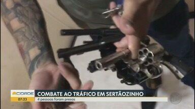 Polícia prende três homens em operação de combate ao tráfico de drogas em Sertãozinho, SP - Um adolescente também foi detido. Os agentes encontraram armas, munições, porções de maconha e cocaína, além de embalagem de droga e balança de precisão.