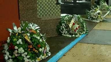 Familiares e amigos prestam homenagens para vítimas no cemitério São Sebastião em Suzano - No cemitério foram enterrados também os corpos do Kaio Lucas da Costa Limeira de 15 anos e do Samuel Melquíades de Oliveira Silva de 16 anos.