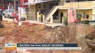 Rede de drenagem se rompe na Rua Emílio Moreira, na Zona Sul de Manaus - Fim da vida útil da tubulação é apontado como motivo do rompimento.