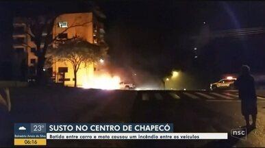 Batida entre carro e moto provoca incêndio em Chapecó - Batida entre carro e moto provoca incêndio em Chapecó
