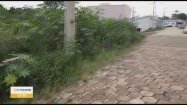 Moradores reclamam de mato alto e falta de calçada em Nova Resende, MG - Moradores reclamam de mato alto e falta de calçada em Nova Resende, MG