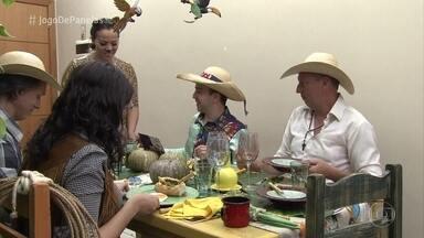 Liliane serve a entrada de seu jantar - A galera se emociona com a atração tipicamente cuiabana. Ana Maria Braga experimenta e aprova o quebra-torto