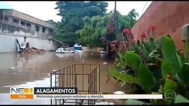 Chuva causa transtornos durante a manhã no Recife - Trânsito ficou complicado e passageiros registraram goteiras em estações
