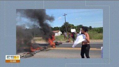 Familiares de presos fazem protesto e fecham BR-101 no Norte do ES - Manifestação aconteceu próximo ao presídio de São Mateus, na manhã desta segunda-feira (18). Eles relatam agressões aos internos.