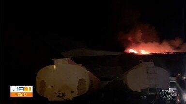 Incêndio destrói galpão de móveis de luxo, em Anápolis - Prejuízo estimado é de R$ 3 milhões. Ninguém ficou ferido. Causas do incêndio ainda são desconhecidas, diz Corpo de Bombeiros.