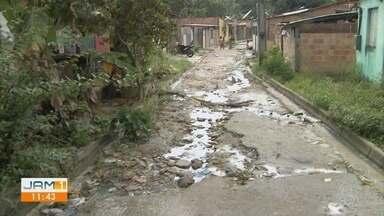 Moradores fazem cota para serviços básicos não oferecidos em rua de Manaus - Segundo moradores, local nunca foi asfaltado.