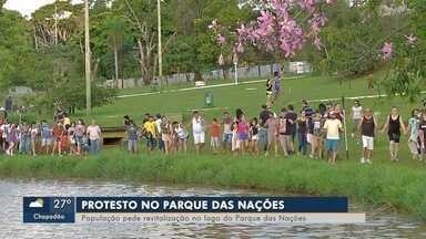 Manifestantes abraçam lago do Parque das Nações Indígenas - Protesto é contra o assoreamento que mudou o cenário do principal ponto turístico da cidade.