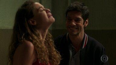 O espírito de Felipe se diverte ao ver surto de Isabel - Isabel se desespera na prisão