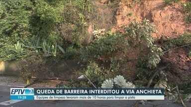 Queda de barreira interdita Via Anchieta no sentido litoral - Equipes de limpeza levaram mais de dez horas para limpar a pista.