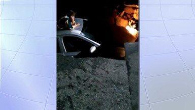 VÍDEO: câmera flagra carro sendo engolido por cratera em Taubaté - Imagem mostra que buraco engoliu carro em poucos segundos. Motorista estava sozinha no veículo e passou cerca de uma hora dentro da buraco aguardando o resgate.