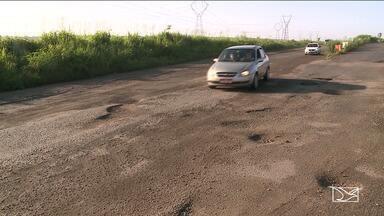 Matos e buracos prejudicam trânsito na BR-135, em São Luís - Buracos têm sido um grande tormento para os motoristas. Onde não há buraco, o problema é o mato alto.