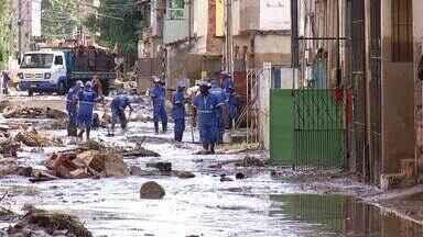 Após temporal, funcionários da prefeitura de Barra Mansa fazem limpeza dos locais afetados - Temporal alagou ruas e casas. Bairro Nova Esperança, por exemplo, foi um dos mais afetados.