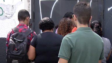 Após massacre, escola Raul Brasil reabre as portas para acolher professores e funcionários - Unidade foi palco de um massacre na última quarta-feira.