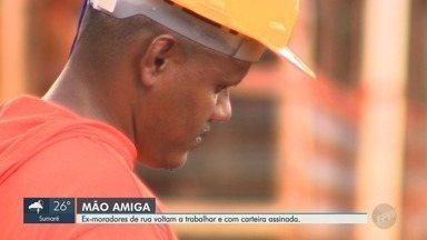 Projeto Social ajuda ex-moradores de rua a serem contratados por construtora - Conheça a história de Ednaldo e Paulo.