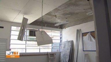 Alunos ficam com aulas suspensas após teto de creche cair em Santos, SP - Obras das salas não têm prazo para terminar e pais se preocupam com a segurança das crianças e funcionários.
