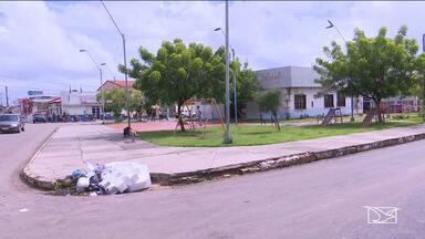 Praças sofrem pela falta de infraestrutura em Santa Inês - Praça Presidente Sarney, situada no município, está com o banco completamente destruído e não tem lixeira no local.