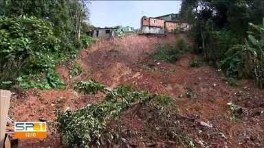 Risco de desabamento deixa moradores de Ferrazópolis, em São Bernardo, sem dormir - O verão trágico deixa moradores de áreas com encostas com medo.