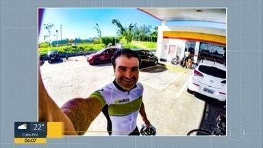 Corpo de ciclista morto na Barra é cremado no Caju - Amigos e parentes foram se despedir de Arthur Sales. Ele foi atropelado por um ônibus, na Barra.