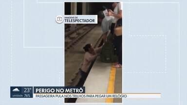 Passageira de Taguatinga pula nos trilhos do Metrô para pegar um relógio - Foi na estação da Praça do Relógio. Um funcionário do Metrô ajudou a passageira que não conseguia voltar em segurança.