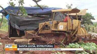 Operação de derrubada na Chácara Santa Luzia segue no terceiro dia - A agência de fiscalização do DF já retirou até agora mais de cem barracos da área de preservação na Estrutural.