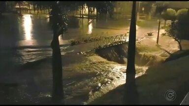 Carros são arrastados para dentro de córrego durante temporal em Itápolis - Duas pessoas foram socorridas; outros seis carros ficaram ilhados. Defesa Civil informou que choveu 112 milímetros durante a noite de quarta e madrugada de quinta-feira (21).