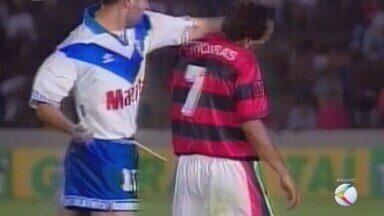 """""""TBT do GE"""" relembra confusão entre Flamengo e Vélez pela Supercopa em Uberlândia - Edmundo e Romário protagonizaram cenas lamentáveis no estádio Parque do Sabiá em 1995"""