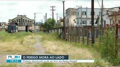 Galpão abandonado em Barra Mansa chama atenção para riscos de criadouro de Aedes Aegypti - Moradores reclamam da falta de manutenção do local, que acaba acumulando água.