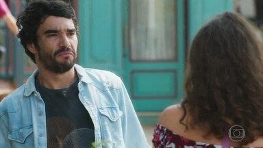 Geandro acredita que Lourdes está interessada em Olavo e se afasta da namorada - Ameaça de Olavo deixa Lourdes Maria em prantos
