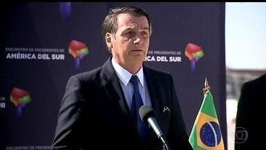 Bolsonaro discute com presidentes da América do Sul a criação de substituto da Unasul - O presidente Jair Bolsonaro desembarcou em Santiago, no Chile para participar de um uma cúpula de países sul-americanos e de um encontro bilateral com o chefe de Estado chileno. Ele defendeu a criação do Prosul, em substituição a Unasul.