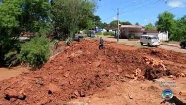 Corpos de mãe e filha que foram arrastadas por enxurrada são enterrados em Bauru - Luciene Regina do Prado Silva, 43 anos, e Bianca Prado da Silva, 14 anos, tentavam passar por uma ponte sobre o Córrego da Grama, que transbordou com a forte chuva.