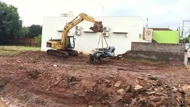 Bombeiros buscam por serralheiro que teve carro arrastado em enxurrada em Itápolis - Corporação faz buscas próximo ao Córrego Viradouro, em Itápolis, onde veículo foi achado. Três carros foram arrastados durante forte chuva na cidade.