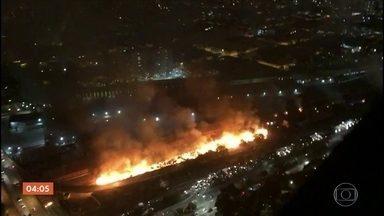 Homem morre após incêndio em favela de São Paulo - O fogo tomou conta da comunidade instalada no entorno do viaduto Bresser, na noite de sábado (23). O incidente aconteceu cerca de 10 horas antes da reintegração de posse da área. Mais de 200 pessoas moravam na comunidade.
