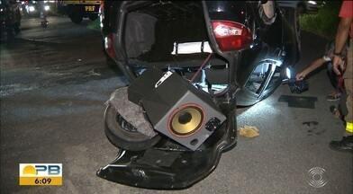 Polícia encontra latas de cerveja e droga dentro de carro após capotagem, na PB - Motorista, de 36 anos, precisou ser socorrido. Uma das vítimas foi encontrada em estado mais grave.