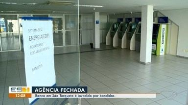 Agência bancária é invadida por criminosos em Vila Velha, ES - Agência fica no bairro São Torquato. Suspeitos cortaram fios elétricos e levaram uma arma.