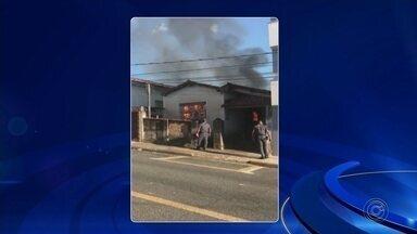Casa fica destruída após incêndio em Tietê - Segundo o Corpo de Bombeiros, não havia ninguém no local. Chamas foram controladas após duas horas.