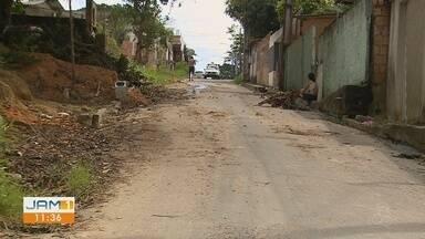 Moradores do Colônia Antônio Aleixo cobram conclusão de obras, em Manaus - População reclama da falta de calçadas.