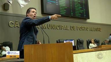 É aprovado em Porto Alegre projeto de lei que corta benefícios de servidores públicos - Tumulto no lado de fora entre manifestantes, polícia e Guarda Municipal deixou feridos.