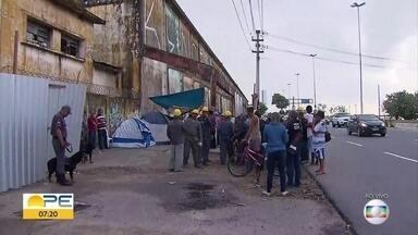 Grupos acampam para tentar impedir demolição de armazéns do Cais José Estelita, no Recife - Retomada no processo de demolição ocorreu na manhã da segunda (25) e provocou a mobilização da sociedade civil e de políticos.