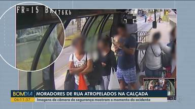 Imagens de câmera de segurança mostram o momento que moradores de rua são atropelados - Um dos moradores de rua morreu.