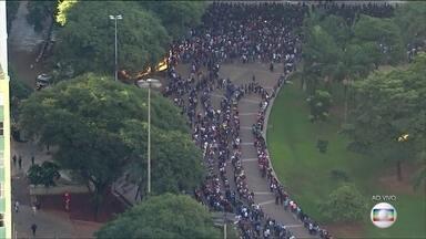 Milhares de pessoas formam fila em busca de emprego em São Paulo - Seis mil vagas de trabalho são oferecidas para diferentes funções.
