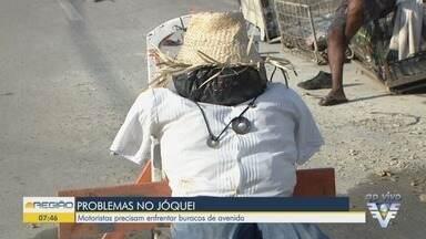 Moradores protestam e instalam boneco em buraco em São Vicente - Motoristas precisam enfrentar buraqueira em avenida no Jóquei Clube.