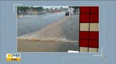 Famílias desabrigadas após forte chuva tentam retomar a vida, em Pocinhos - Confira com o repórter Felipe Valentim.