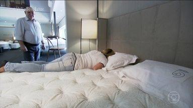 Como escolher o colchão? - Para saber como o colchão é composto, basta olhar a etiqueta fixada nele e experimentar, sem pressa. O ideal é testar sempre que não estiver muito cansado. Se estiver cansado, a tendência é que em qualquer lugar que você durma, você se sinta bem.