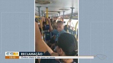 Moradores mostram ônibus cheios que não param no ponto, no ES - Tem passageiro aborrecido logo cedo.