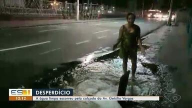 Moradores flagram água limpa escorre pela calçada em avenida de Vitória - Cesan disse que o serviço foi concluído na madrugada de hoje.