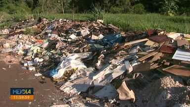 Telespectadores reclamam de terrenos que se tornaram verdadeiros lixões - São diversos pontos pela cidade. Os moradores contam que a prefeitura até já limpou os locais, mas o lixo volta a se acumular.